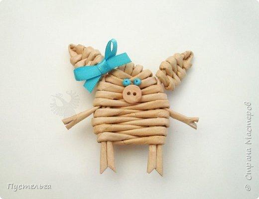 """К Новому году сплетём маленькую Свинку Пуговку! Она сможет украсить ёлку или поселиться на холодильнике, если к ней приклеить магнитик. Трубочки накрутим из трети листа потребительской бумаги """"Кондопога"""" на спицу 1,2 мм. Всего 8 штук. фото 11"""