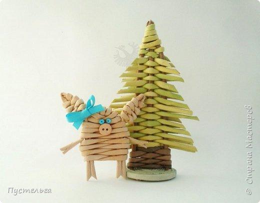 """К Новому году сплетём маленькую Свинку Пуговку! Она сможет украсить ёлку или поселиться на холодильнике, если к ней приклеить магнитик. Трубочки накрутим из трети листа потребительской бумаги """"Кондопога"""" на спицу 1,2 мм. Всего 8 штук. фото 1"""