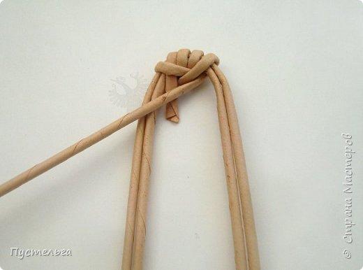 """К Новому году сплетём маленькую Свинку Пуговку! Она сможет украсить ёлку или поселиться на холодильнике, если к ней приклеить магнитик. Трубочки накрутим из трети листа потребительской бумаги """"Кондопога"""" на спицу 1,2 мм. Всего 8 штук. фото 4"""