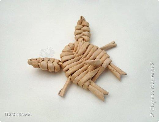 """К Новому году сплетём маленькую Свинку Пуговку! Она сможет украсить ёлку или поселиться на холодильнике, если к ней приклеить магнитик. Трубочки накрутим из трети листа потребительской бумаги """"Кондопога"""" на спицу 1,2 мм. Всего 8 штук. фото 7"""