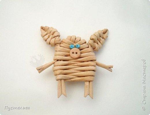"""К Новому году сплетём маленькую Свинку Пуговку! Она сможет украсить ёлку или поселиться на холодильнике, если к ней приклеить магнитик. Трубочки накрутим из трети листа потребительской бумаги """"Кондопога"""" на спицу 1,2 мм. Всего 8 штук. фото 10"""