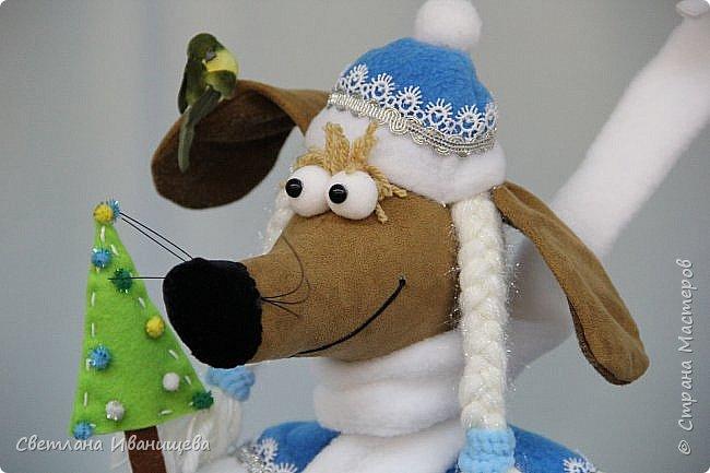 К концу подходит год собаки, весь год нас радовала своей очаровательной улыбкой такса Ириска. Она нарядилась в костюм снегурочки и отправилась на каток. Внутри  игрушки проволочный каркас, это дает возможность сделать игрушку более динамичной. фото 6