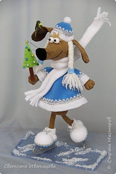 К концу подходит год собаки, весь год нас радовала своей очаровательной улыбкой такса Ириска. Она нарядилась в костюм снегурочки и отправилась на каток. Внутри  игрушки проволочный каркас, это дает возможность сделать игрушку более динамичной. фото 2