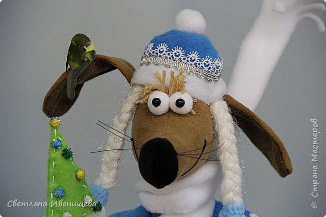 К концу подходит год собаки, весь год нас радовала своей очаровательной улыбкой такса Ириска. Она нарядилась в костюм снегурочки и отправилась на каток. Внутри  игрушки проволочный каркас, это дает возможность сделать игрушку более динамичной. фото 7