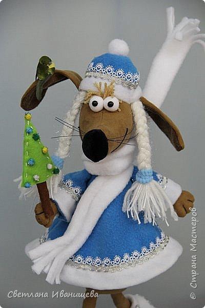 К концу подходит год собаки, весь год нас радовала своей очаровательной улыбкой такса Ириска. Она нарядилась в костюм снегурочки и отправилась на каток. Внутри  игрушки проволочный каркас, это дает возможность сделать игрушку более динамичной. фото 5