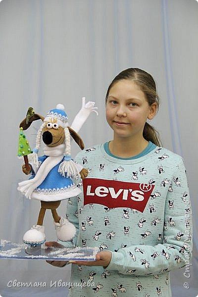 К концу подходит год собаки, весь год нас радовала своей очаровательной улыбкой такса Ириска. Она нарядилась в костюм снегурочки и отправилась на каток. Внутри  игрушки проволочный каркас, это дает возможность сделать игрушку более динамичной. фото 8