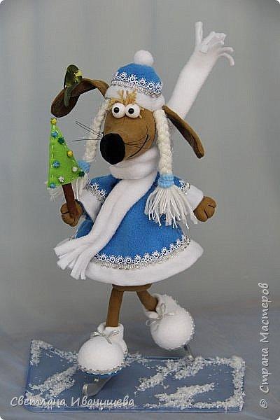 К концу подходит год собаки, весь год нас радовала своей очаровательной улыбкой такса Ириска. Она нарядилась в костюм снегурочки и отправилась на каток. Внутри  игрушки проволочный каркас, это дает возможность сделать игрушку более динамичной. фото 1