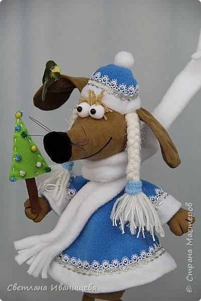 К концу подходит год собаки, весь год нас радовала своей очаровательной улыбкой такса Ириска. Она нарядилась в костюм снегурочки и отправилась на каток. Внутри  игрушки проволочный каркас, это дает возможность сделать игрушку более динамичной. фото 4