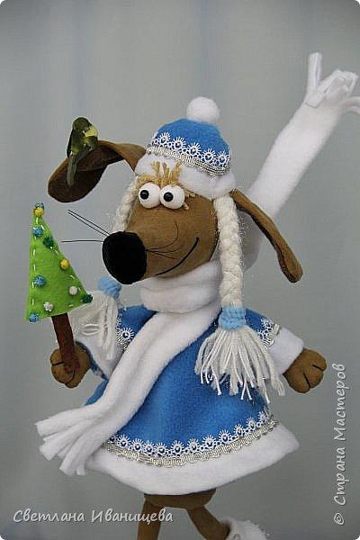 К концу подходит год собаки, весь год нас радовала своей очаровательной улыбкой такса Ириска. Она нарядилась в костюм снегурочки и отправилась на каток. Внутри  игрушки проволочный каркас, это дает возможность сделать игрушку более динамичной. фото 3