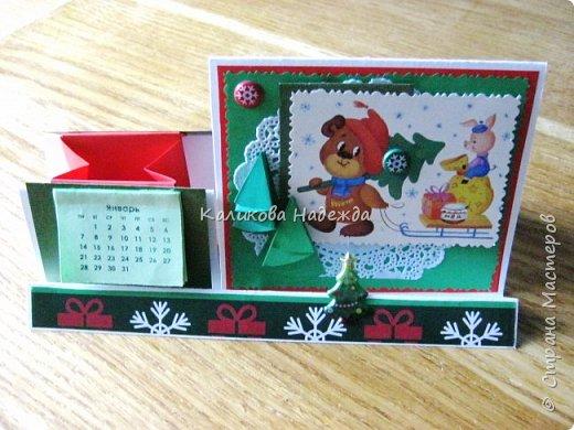 Думаю, такая открытка станет хорошим подарочком на Новый год: и украсит стол, и подскажет дни недели, и поможет найти нужный карандашик, и спрячет сзади секретики) фото 9