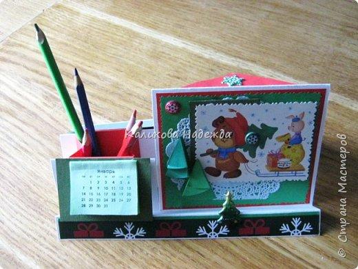 Думаю, такая открытка станет хорошим подарочком на Новый год: и украсит стол, и подскажет дни недели, и поможет найти нужный карандашик, и спрячет сзади секретики) фото 26