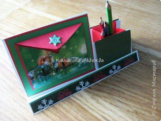 Думаю, такая открытка станет хорошим подарочком на Новый год: и украсит стол, и подскажет дни недели, и поможет найти нужный карандашик, и спрячет сзади секретики) фото 25