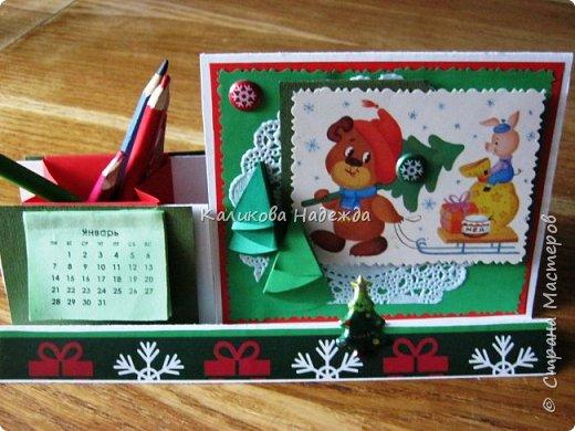 Думаю, такая открытка станет хорошим подарочком на Новый год: и украсит стол, и подскажет дни недели, и поможет найти нужный карандашик, и спрячет сзади секретики) фото 1