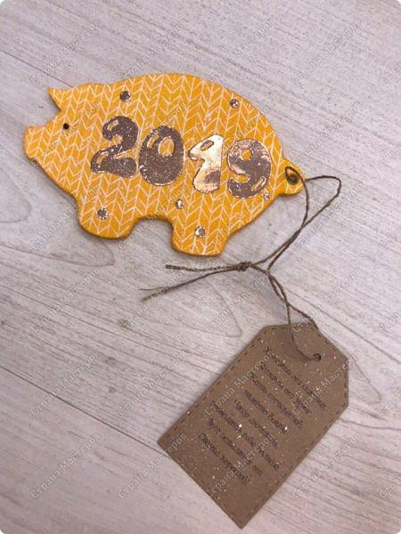 """Магниты """" вязаные свинки"""" . Теперь  без """" вязания"""" подготовка к Новому году не обходиться:) Если честно, то я очень долго подбирала пропорции, цвет цифр. Раз пять отрывала и перекрашивала:) , пока не остановилась на зеркальном картоне цвета розового  золота. А были и белые крупные цифры и мелкие и глитерным и просто золотые... фото 18"""