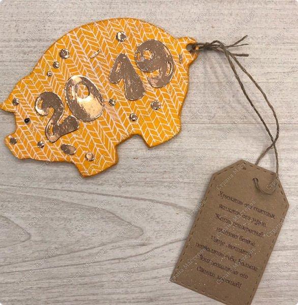 """Магниты """" вязаные свинки"""" . Теперь  без """" вязания"""" подготовка к Новому году не обходиться:) Если честно, то я очень долго подбирала пропорции, цвет цифр. Раз пять отрывала и перекрашивала:) , пока не остановилась на зеркальном картоне цвета розового  золота. А были и белые крупные цифры и мелкие и глитерным и просто золотые... фото 17"""