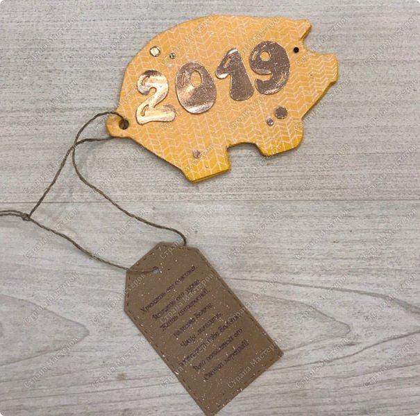 """Магниты """" вязаные свинки"""" . Теперь  без """" вязания"""" подготовка к Новому году не обходиться:) Если честно, то я очень долго подбирала пропорции, цвет цифр. Раз пять отрывала и перекрашивала:) , пока не остановилась на зеркальном картоне цвета розового  золота. А были и белые крупные цифры и мелкие и глитерным и просто золотые... фото 20"""
