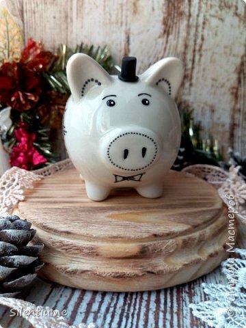 """Вот таких керамических свинок-копилок нынче расписала :) Акриловые контуры фирм """"Декола"""" и """"Таир""""."""