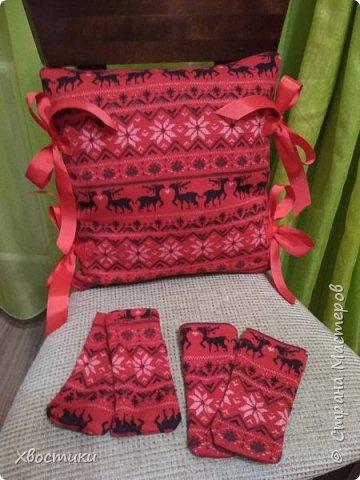 Делюсь в качестве идеи.  Сшила вот такой новогодний комплектик для стула: подушка плюс носочки.