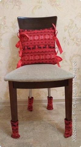 Делюсь в качестве идеи.  Сшила вот такой новогодний комплектик для стула: подушка плюс носочки. фото 2