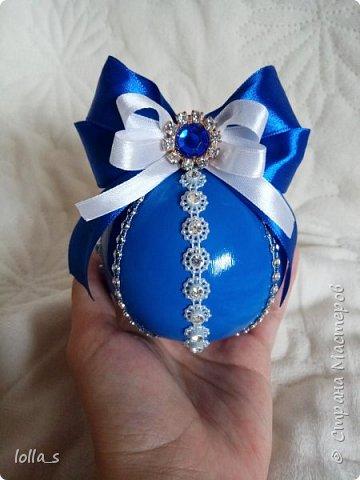 Здравствуйте! Моя маленькая коллекция новогодних шаров. Первые диаметром 6 см, начиная с синего диаметр 8 см. Делала шары первый раз. Сначала хотела сделать набор в одном цвете, а потом захотелось попробовать, как они будут выглядеть в разных цветах. Вот, что из этого получилось  фото 6