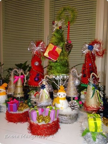 Здравствуйте, дорогие соседи! Новогодняя лихорадка в самом разгаре. И сегодня я к вам со своими елочками, большими и маленькими.