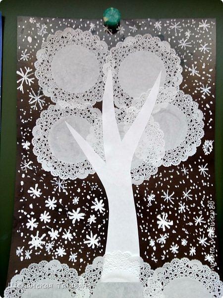 Коллективные работы моих второклашек. Сначала вместе придумывали, из каких материалов будем делать деревья, а потом каждая команда клеила свое. В конце добавили снежинки корректором. Как раз за урок управились. фото 3
