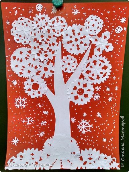 Коллективные работы моих второклашек. Сначала вместе придумывали, из каких материалов будем делать деревья, а потом каждая команда клеила свое. В конце добавили снежинки корректором. Как раз за урок управились. фото 6