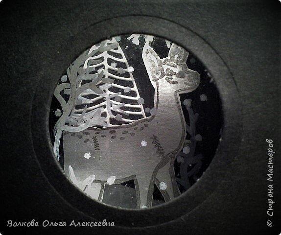 """Здравствуйте. Я всё-таки успела, сделала эту предпраздничную серию АТС в рамках совместника, организованного Оксаной (Oksana Gordey). Штампики я купила специально для этой игры-обмена. Привлекли меня именно олени... или косули, путаюсь я в них :-) В процессе изготовления своего семейного """"летнего"""" фотоальбома я делала интересную конструкцию - складной тоннель по типу """"потяни и загляни"""". Растягивать надо сложенную """"гармошку"""", а заглядывать надо в дырочку на фасаде конструкции. Такие поп-ап конструкции встречаются в некоторых детских 3-Д книжках. Заглянув в отверстие на фасаде моей карточки можно увидеть зимний лес и оленя (косулю?) и падающий снежок.  фото 8"""