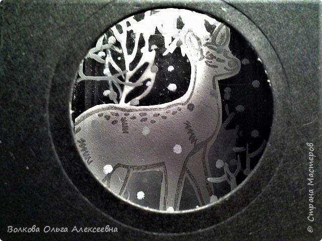 """Здравствуйте. Я всё-таки успела, сделала эту предпраздничную серию АТС в рамках совместника, организованного Оксаной (Oksana Gordey). Штампики я купила специально для этой игры-обмена. Привлекли меня именно олени... или косули, путаюсь я в них :-) В процессе изготовления своего семейного """"летнего"""" фотоальбома я делала интересную конструкцию - складной тоннель по типу """"потяни и загляни"""". Растягивать надо сложенную """"гармошку"""", а заглядывать надо в дырочку на фасаде конструкции. Такие поп-ап конструкции встречаются в некоторых детских 3-Д книжках. Заглянув в отверстие на фасаде моей карточки можно увидеть зимний лес и оленя (косулю?) и падающий снежок.  фото 10"""
