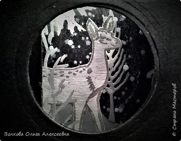 """Здравствуйте. Я всё-таки успела, сделала эту предпраздничную серию АТС в рамках совместника, организованного Оксаной (Oksana Gordey). Штампики я купила специально для этой игры-обмена. Привлекли меня именно олени... или косули, путаюсь я в них :-) В процессе изготовления своего семейного """"летнего"""" фотоальбома я делала интересную конструкцию - складной тоннель по типу """"потяни и загляни"""". Растягивать надо сложенную """"гармошку"""", а заглядывать надо в дырочку на фасаде конструкции. Такие поп-ап конструкции встречаются в некоторых детских 3-Д книжках. Заглянув в отверстие на фасаде моей карточки можно увидеть зимний лес и оленя (косулю?) и падающий снежок.  фото 13"""
