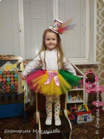 Всем доброго времени суток!  В этом году тема новогоднего утренника - ЦИРК! И моей доченьке досталась роль жонглерки!  И вот такой образ мы придумали и общими силами создали!