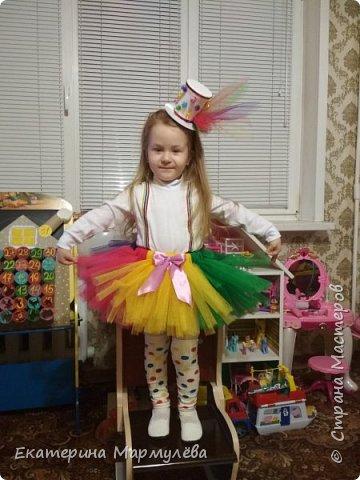 Всем доброго времени суток!  В этом году тема новогоднего утренника - ЦИРК! И моей доченьке досталась роль жонглерки!  И вот такой образ мы придумали и общими силами создали!  фото 2