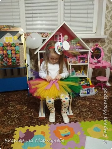 Всем доброго времени суток!  В этом году тема новогоднего утренника - ЦИРК! И моей доченьке досталась роль жонглерки!  И вот такой образ мы придумали и общими силами создали!  фото 3