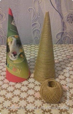 Топиарии-ёлки можно поставить на праздничный стол, украсить подоконник или подарить как сувенир своим друзьям и близким. Вариантов ёлочных топиариев очень много, и на основе используют разные материалы, за счёт этого и создаётся такое многообразие этой поделки.  фото 3