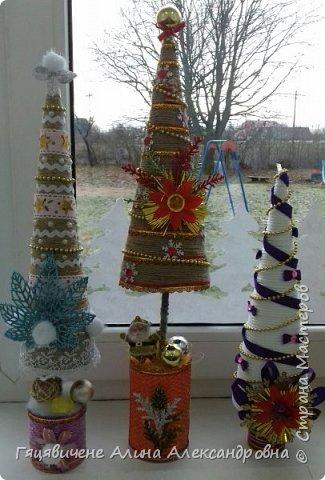 Топиарии-ёлки можно поставить на праздничный стол, украсить подоконник или подарить как сувенир своим друзьям и близким. Вариантов ёлочных топиариев очень много, и на основе используют разные материалы, за счёт этого и создаётся такое многообразие этой поделки.  фото 11