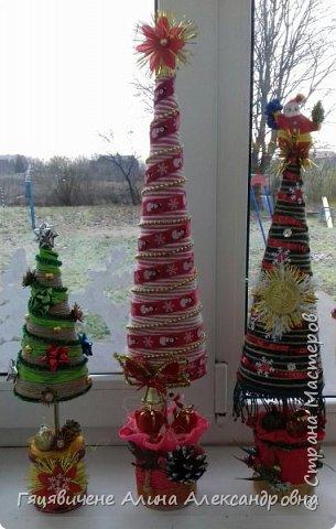 Топиарии-ёлки можно поставить на праздничный стол, украсить подоконник или подарить как сувенир своим друзьям и близким. Вариантов ёлочных топиариев очень много, и на основе используют разные материалы, за счёт этого и создаётся такое многообразие этой поделки.  фото 12