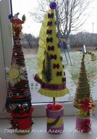 Топиарии-ёлки можно поставить на праздничный стол, украсить подоконник или подарить как сувенир своим друзьям и близким. Вариантов ёлочных топиариев очень много, и на основе используют разные материалы, за счёт этого и создаётся такое многообразие этой поделки.  фото 13