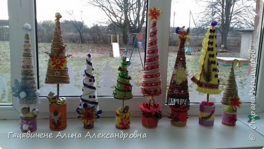 Топиарии-ёлки можно поставить на праздничный стол, украсить подоконник или подарить как сувенир своим друзьям и близким. Вариантов ёлочных топиариев очень много, и на основе используют разные материалы, за счёт этого и создаётся такое многообразие этой поделки.  фото 1