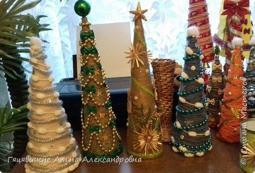Топиарии-ёлки можно поставить на праздничный стол, украсить подоконник или подарить как сувенир своим друзьям и близким. Вариантов ёлочных топиариев очень много, и на основе используют разные материалы, за счёт этого и создаётся такое многообразие этой поделки.  фото 6