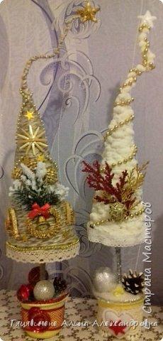 Топиарии-ёлки можно поставить на праздничный стол, украсить подоконник или подарить как сувенир своим друзьям и близким. Вариантов ёлочных топиариев очень много, и на основе используют разные материалы, за счёт этого и создаётся такое многообразие этой поделки.  фото 9