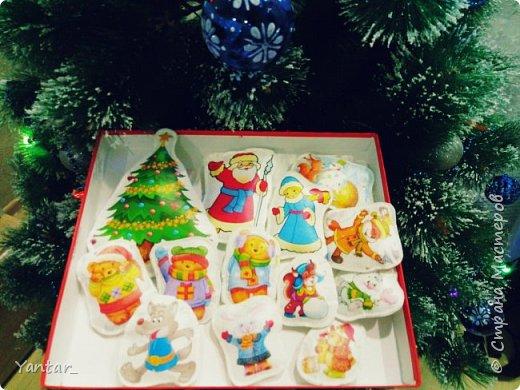 """Читали мы с ребятами сказку """"Подарок для зверей"""" и решила я сделать такой магнитный театр на новогоднюю тематику. Все фигурки сшиты из фетра с напечатанным заранее рисунком. С обратной стороны магнит, чтобы удобно было играть на магнитной доске. фото 3"""