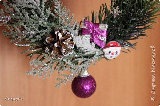 Решила в этом году изменить традицию и в подарки родственникам и друзьям подготовить новогодние веночки. Размер в диаметре от 16 до 20 см. Подарок вышел многофункциональным. Венок можно использовать в качестве декоративного украшение в интерьере.В качестве ёлочной игрушки. А также как приложение к бутылке шампанского, вина или коробке конфет, печенья, чая и т.д. (на что хватит вашей фантазии). За основу взяла пористую резину с одной стороны покрытой блёстками. Веточки, ёлка и ягоды нашлись в флористическом магазине, шишки в лесу :) А остальное выгребла из запасов. Крепила всё с помощью клеевого пистолета. фото 9