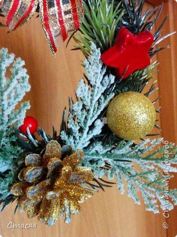 Решила в этом году изменить традицию и в подарки родственникам и друзьям подготовить новогодние веночки. Размер в диаметре от 16 до 20 см. Подарок вышел многофункциональным. Венок можно использовать в качестве декоративного украшение в интерьере.В качестве ёлочной игрушки. А также как приложение к бутылке шампанского, вина или коробке конфет, печенья, чая и т.д. (на что хватит вашей фантазии). За основу взяла пористую резину с одной стороны покрытой блёстками. Веточки, ёлка и ягоды нашлись в флористическом магазине, шишки в лесу :) А остальное выгребла из запасов. Крепила всё с помощью клеевого пистолета. фото 2
