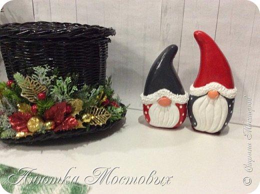 Ниссе ассоциируются с Рождеством.В канун Рождества они появляются с подарками и стучат в двери домов.Также ниссе можно увидеть с другим популярным рождественским символом в Скандинавии — свиньёй, символизирующей достаток и защиту крестьян. В благодарность для ниссе оставляют немного каши и сливочного масла. (Ист. Wikipedia) осталось мне обзавстись свинкой🐷 фото 1