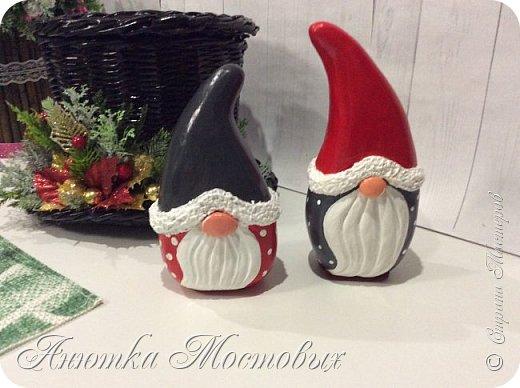 Ниссе ассоциируются с Рождеством.В канун Рождества они появляются с подарками и стучат в двери домов.Также ниссе можно увидеть с другим популярным рождественским символом в Скандинавии — свиньёй, символизирующей достаток и защиту крестьян. В благодарность для ниссе оставляют немного каши и сливочного масла. (Ист. Wikipedia) осталось мне обзавстись свинкой🐷 фото 3