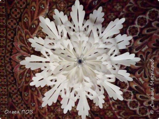 Доброго времени суток, дорогие жители страны Мастеров! Во время подготовки в новогодним праздникам были изготовлены и украшения на елку, и сама ёлка, и снеговик... И вот, наконец, дошла очередь до снежинок. И на одном дыхании смастерила две совершенно разные снежинки. В природе ведь тоже не бывает одинаковых снежинок... Первая снежинка диаметром около 45 сантиметров... фото 2