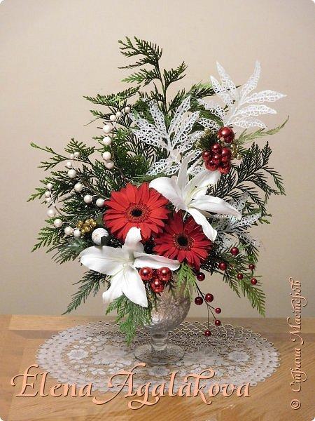 Добрый день! С наступающим Новым годом и Рождеством! Сегодня я к вам снова с композициями из живых цветов, на этот раз новогодними.  Этим летом я решила осуществить еще одну свою мечту - научится цветочному дизайну. Очень люблю цветы, травки-муравки, деревья и вообще все растения. Очень увлекательно работать с цветами! Я взяла небольшой курс по цветочному дизайну. Дома делаю оранжировки из того что под рукой, беру цветы которые найду, даже полевые и из своего садика. Конечно сейчас все цветы в садике отцвели... поэтому приношу из магазина где работаю. Другие композиции делала для цветочного магазина где начала работать. Делюсь красотой! фото 3