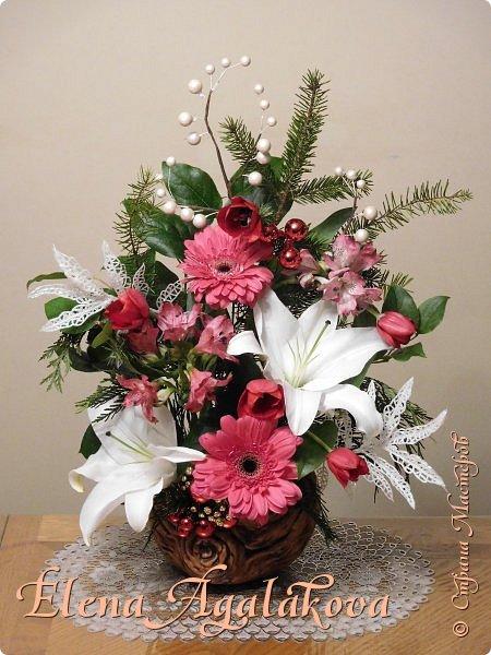 Добрый день! С наступающим Новым годом и Рождеством! Сегодня я к вам снова с композициями из живых цветов, на этот раз новогодними.  Этим летом я решила осуществить еще одну свою мечту - научится цветочному дизайну. Очень люблю цветы, травки-муравки, деревья и вообще все растения. Очень увлекательно работать с цветами! Я взяла небольшой курс по цветочному дизайну. Дома делаю оранжировки из того что под рукой, беру цветы которые найду, даже полевые и из своего садика. Конечно сейчас все цветы в садике отцвели... поэтому приношу из магазина где работаю. Другие композиции делала для цветочного магазина где начала работать. Делюсь красотой! фото 6