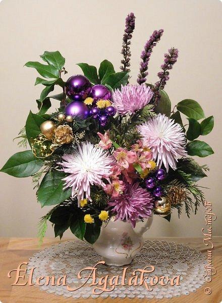 Добрый день! С наступающим Новым годом и Рождеством! Сегодня я к вам снова с композициями из живых цветов, на этот раз новогодними.  Этим летом я решила осуществить еще одну свою мечту - научится цветочному дизайну. Очень люблю цветы, травки-муравки, деревья и вообще все растения. Очень увлекательно работать с цветами! Я взяла небольшой курс по цветочному дизайну. Дома делаю оранжировки из того что под рукой, беру цветы которые найду, даже полевые и из своего садика. Конечно сейчас все цветы в садике отцвели... поэтому приношу из магазина где работаю. Другие композиции делала для цветочного магазина где начала работать. Делюсь красотой! фото 4