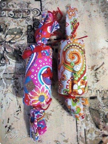 Ходили с ребенком на посиделки  делали там вот такие вот игрушки. Теперь весят на елке.  фото 1
